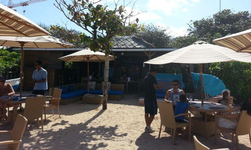 Пляж отеля Новотел. Столики кафе
