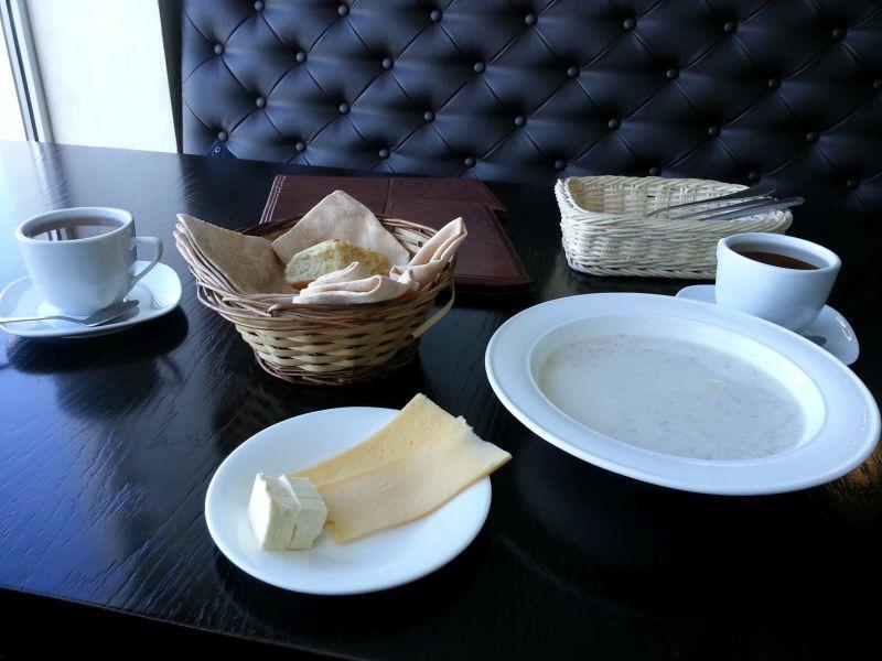 Завтрак, включенный в стоимость проживания. Сыр и масло рассчитаны на двоих