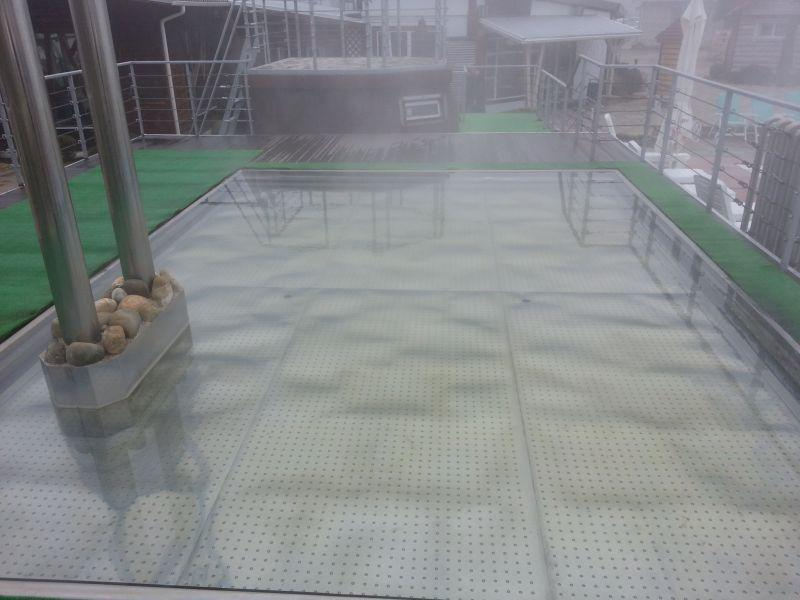 Горячая купель. Вода из недр не нуждается в дополнительном подогреве, поэтому печь с камнями слева сделана для стилизации под баню