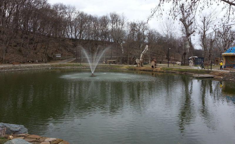 Можно дойти на лодке до фонтана в другом конце пруда