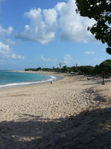Вид пляжа в направлении кафе Yasa Segara