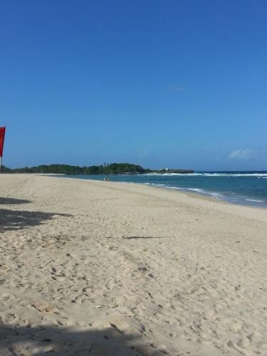 Вид пляжа в направлении Peninsula Island