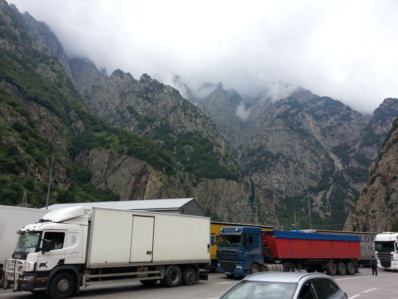 Дорога между двумя КПП проходит по Дарьяльскому ущелью