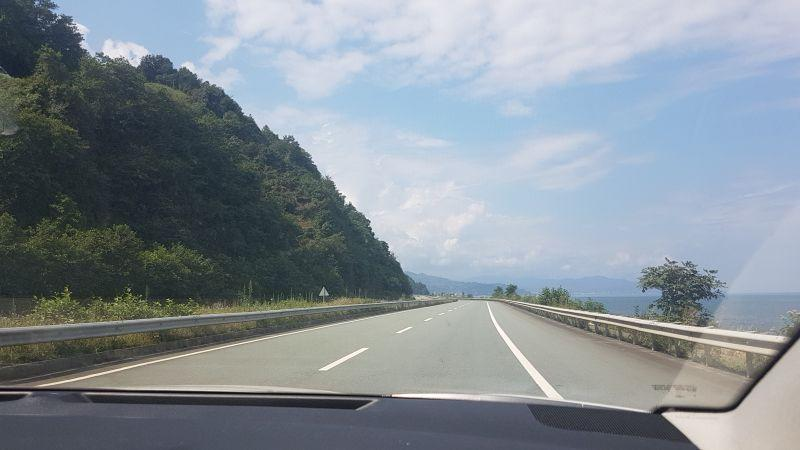 Дорога Сарпи – Гиресун. Слева горы, справа море