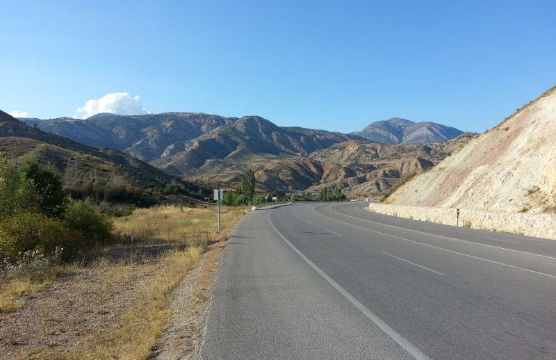 Скоростная трасса перед Сушехри. Сзади остались красивые Понтийские горы