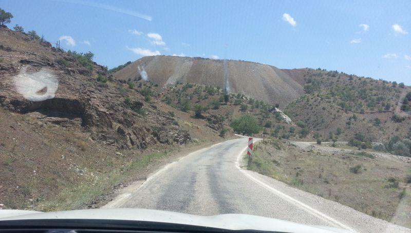 Но потом дорога становилась очень узкой. На фото вдали развилка на Хадим и Факылар