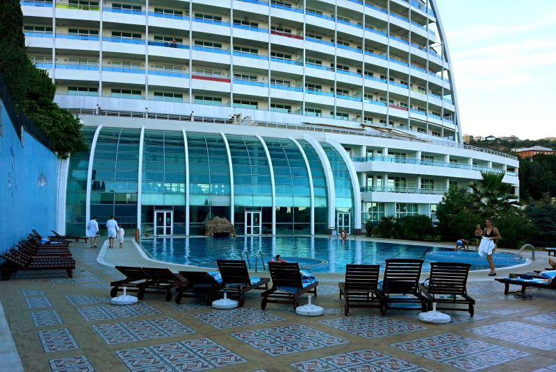 Бассейн у отеля